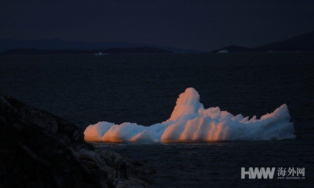 格陵兰岛冰山漂过 夕阳映照冰雪美如画