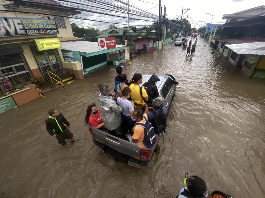 """台风""""康森""""致菲律宾12000余人受灾 另有12人失踪"""