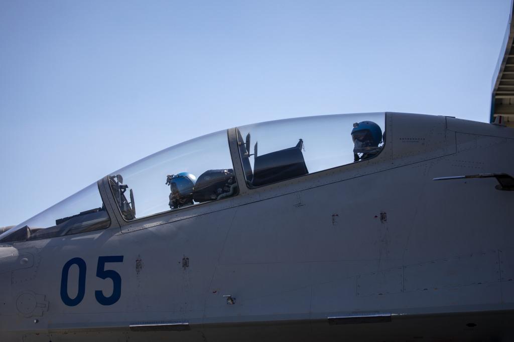 直击东海某空域海军航空兵多型机跨昼夜空空导弹实弹打靶训练