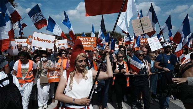 法國全國14萬人參加游行反對健康通行證措施