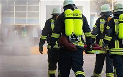 """法國一消防員不愿接種新冠疫苗 在房頂""""扎營""""以示抗議"""