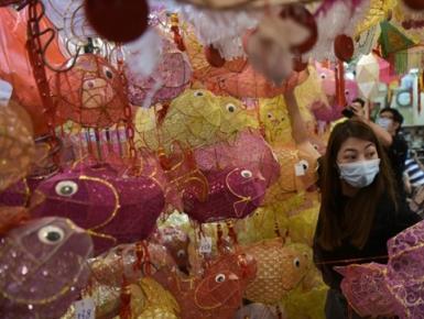 """香港元朗""""灯笼街""""近千个传统灯笼吸引市民选购"""