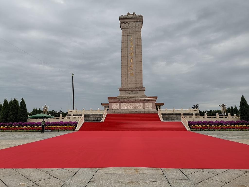 北京:人民英雄纪念碑铺红毯迎烈士纪念日