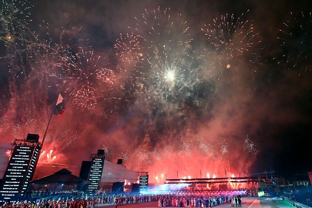 墨西哥庆祝独立200周年 夜晚烟火绚烂当空