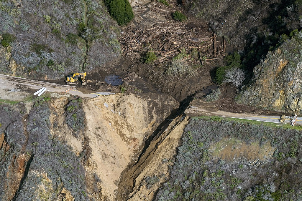 """山石塌方!美国著名景观公路加州1号公路局部""""坠海"""""""