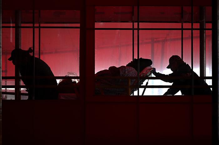 当地时间2021年2月21日,美国纽约市皇后区,艾姆赫斯特医院中心两名急救人员推着一名病人。来源:人民视觉_副本.jpg