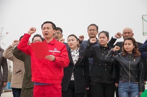 驻村工作队第一书记潘从文带领重温入党誓词。李学仁摄.jpg