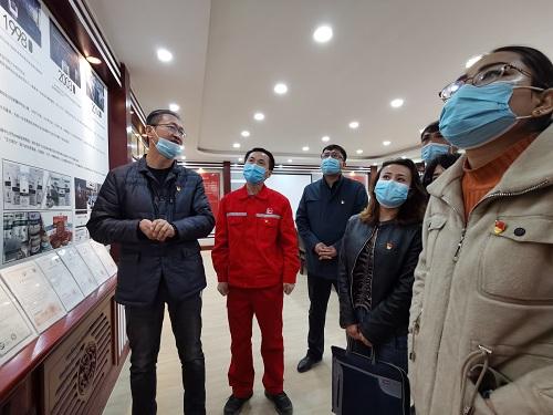驻村工作队组织村民党员参观艾力努尔面粉加工厂。李学仁摄.jpg