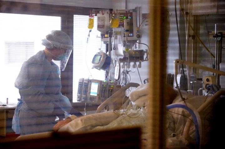 美国医护人员照顾新冠患者 IC.jpg