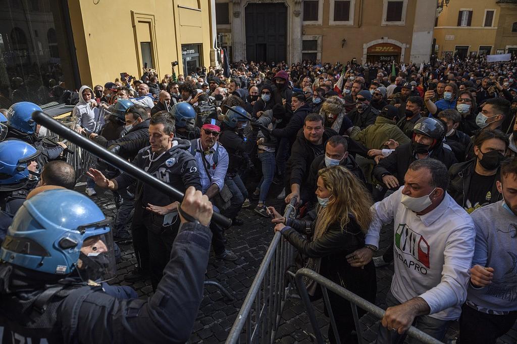 意大利多地餐饮和商业经营者举行抗议 要求重新开业