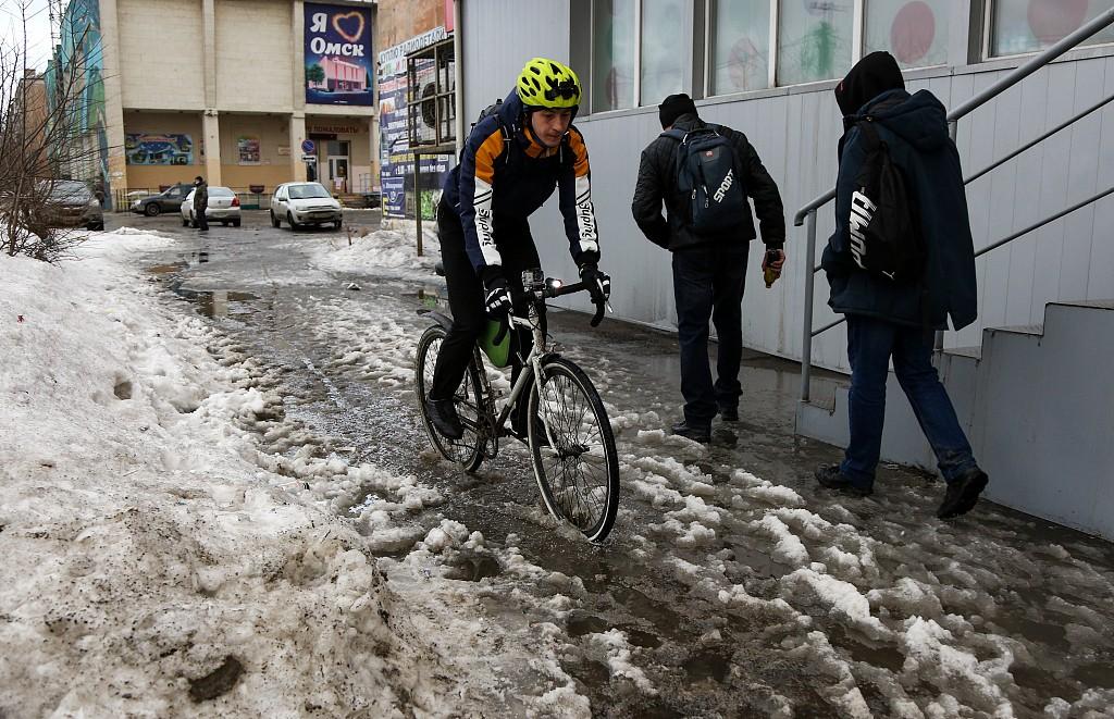 天气回温积雪融化 俄罗斯鄂木斯克道路积水严重