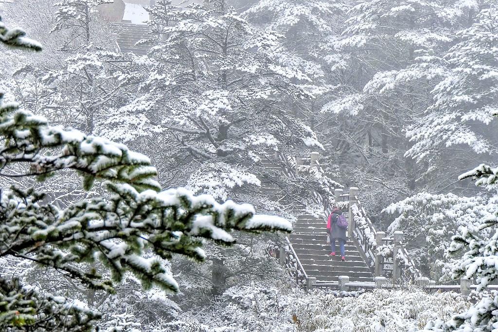 四川峨眉山金顶迎来四月春雪