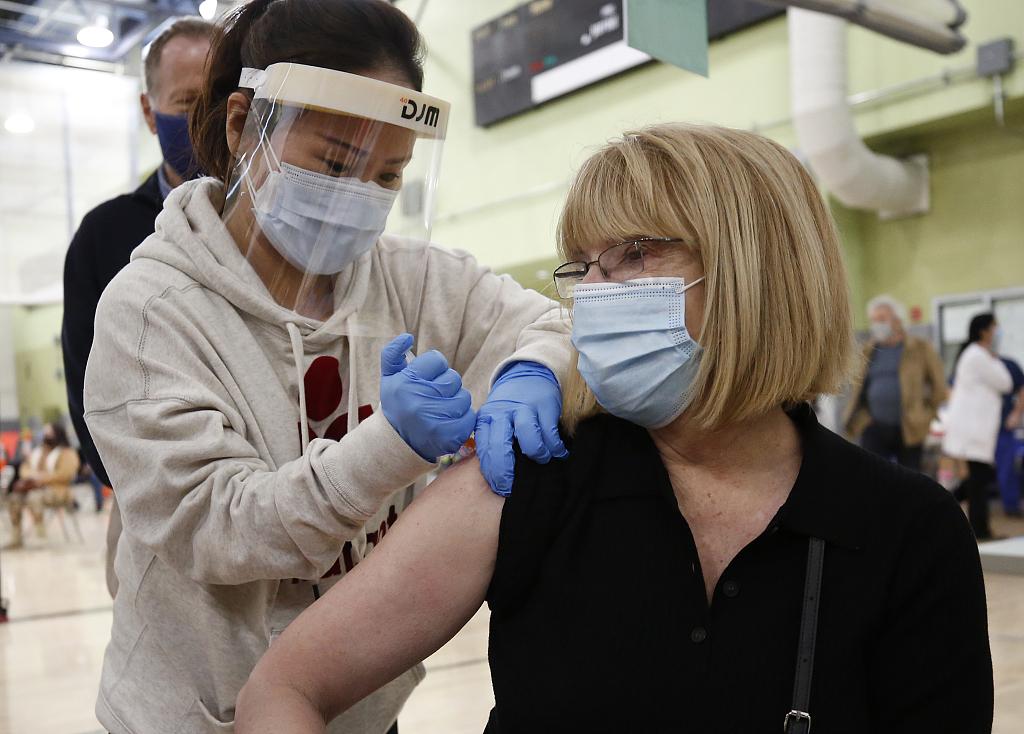 美国加利福尼亚州民众接种新冠疫苗 CFP.jpg