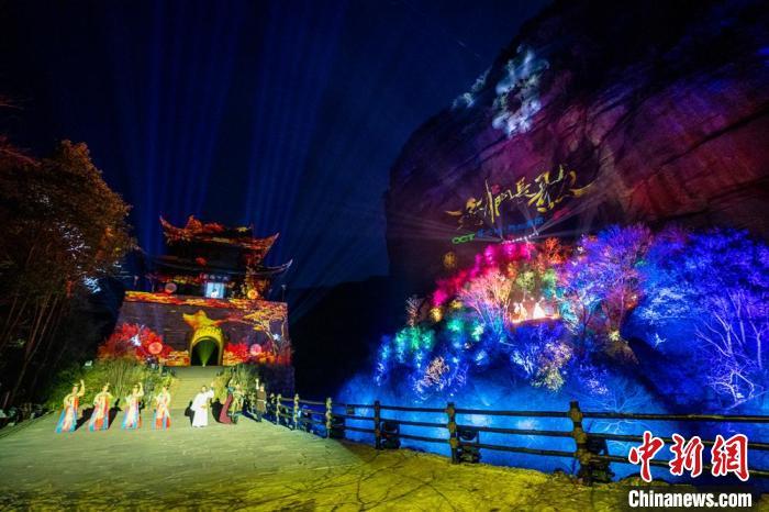 全国首个实景崖壁灯光演艺秀《剑门长歌》开演。 苗志勇 摄