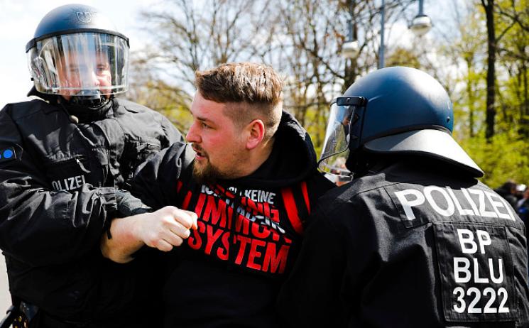 德国劳动节爆发万人抗议:示威者焚烧路障扔石块 93名警察受伤