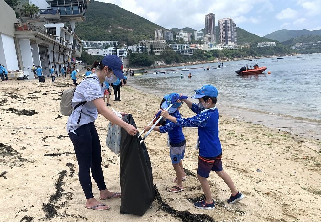 """香港侨界社团联会开展清洁海滩行动 身体力行""""撑环保"""""""