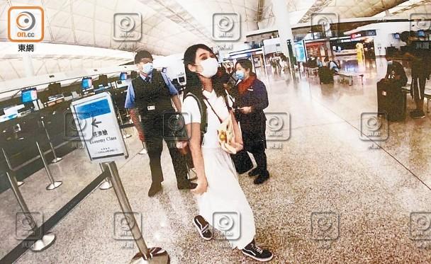 """港媒称煽动仇警的香港""""爆眼女""""双目有神:黑"""