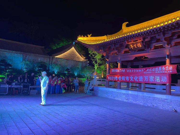 5月30日晚,群众在安阳仓巷街举办文艺活动。(海外网 孟庆川摄)_副本.jpg