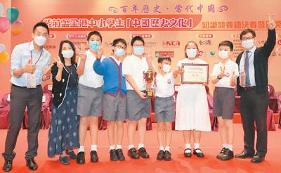图为获奖学生在颁奖现场同老师合影。新华社记者 吴晓初摄