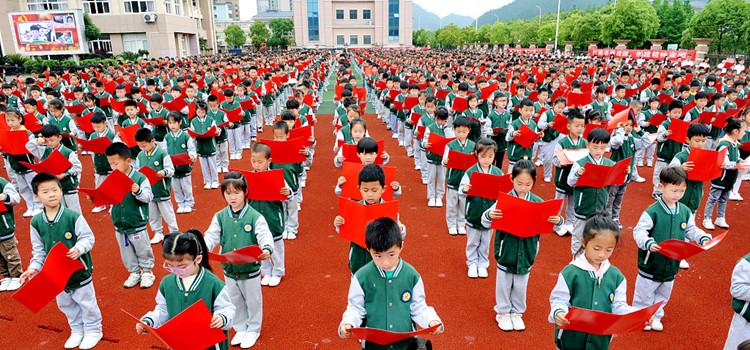 2021年4月26日,江西省德兴市银城第二小学2000学童齐声诵读《少年中国说》。(图源:人民视觉)_副本.jpg