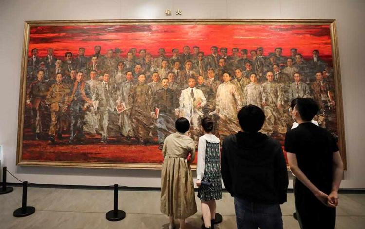 6月3日,参观者在中共一大纪念馆展出的油画作品《星火》前驻足观看。 新华社 方喆 摄_副本.png