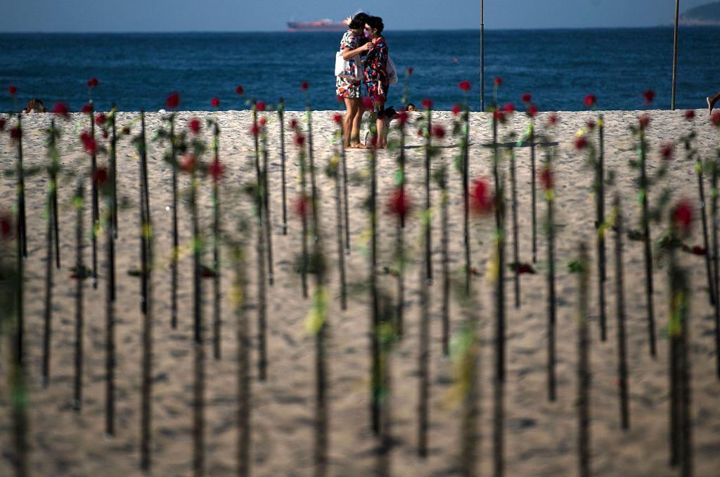 """巴西新冠死亡病例突破50万 民众海滩上""""种玫瑰""""悼念逝者"""