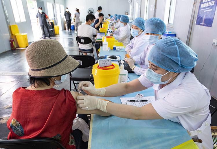 2021年6月20日,市民在北京市一处疫苗接种点接种新冠疫苗。(图源:中新社)_副本.jpg