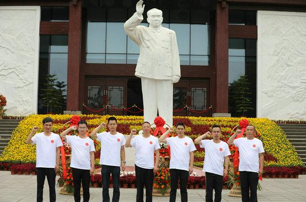 志愿队成员在朱德总司令汉白玉塑像前宣誓.jpg