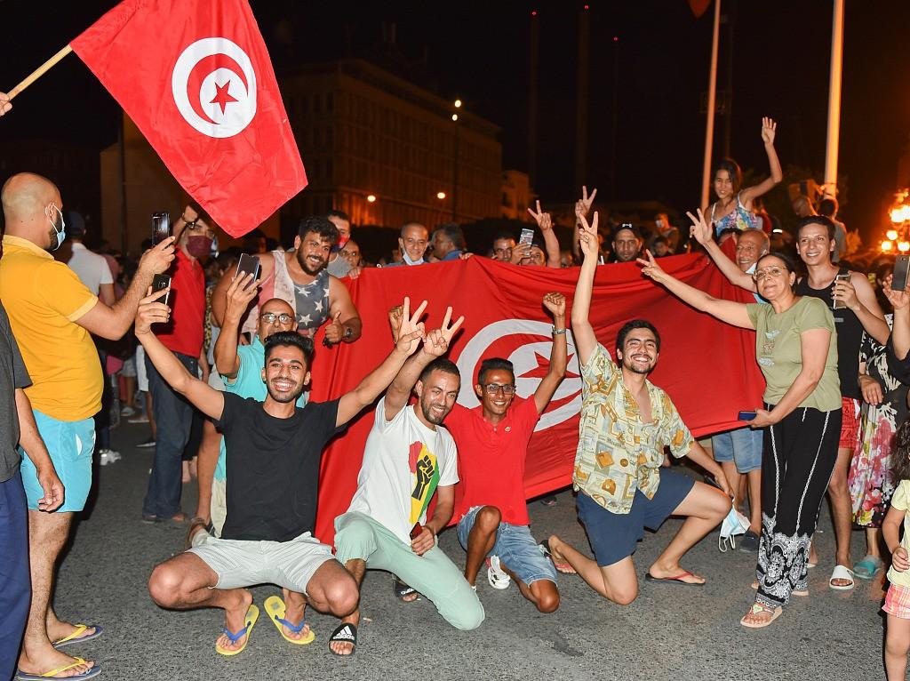 突尼斯总统宣布解除总理职务 民众在街头庆祝
