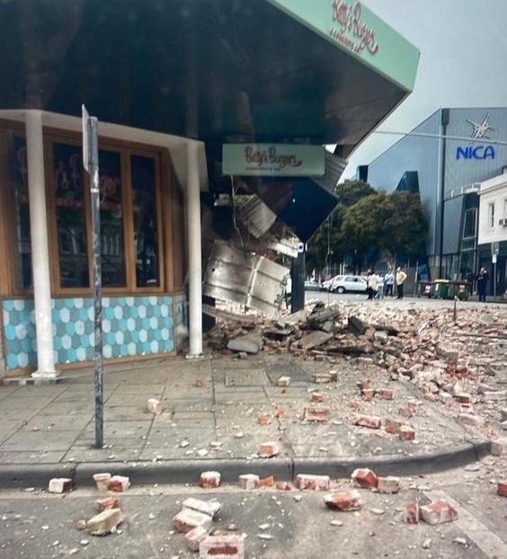 澳大利亚地震现场:剧烈晃动持续近20秒 房顶砖头碎一地