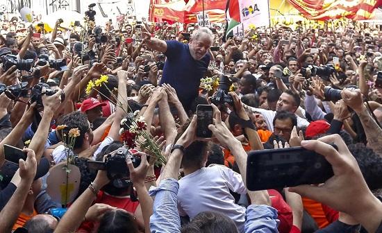 7日在巴西圣保罗附近,前巴西总统卢拉被金工工会总部的支持者围绕,他自首前在那里躲过了牢狱之灾。