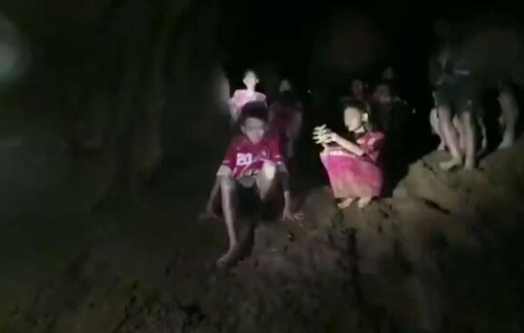 泰国少年足球队13人仍受困 军方要教其洞内潜水