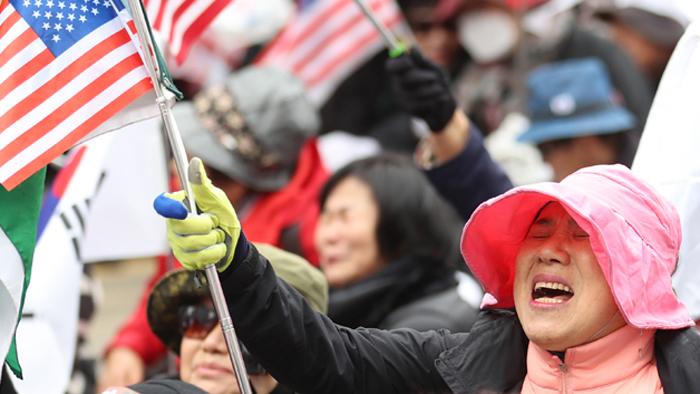 朴槿惠被判24年,支持者痛哭流涕