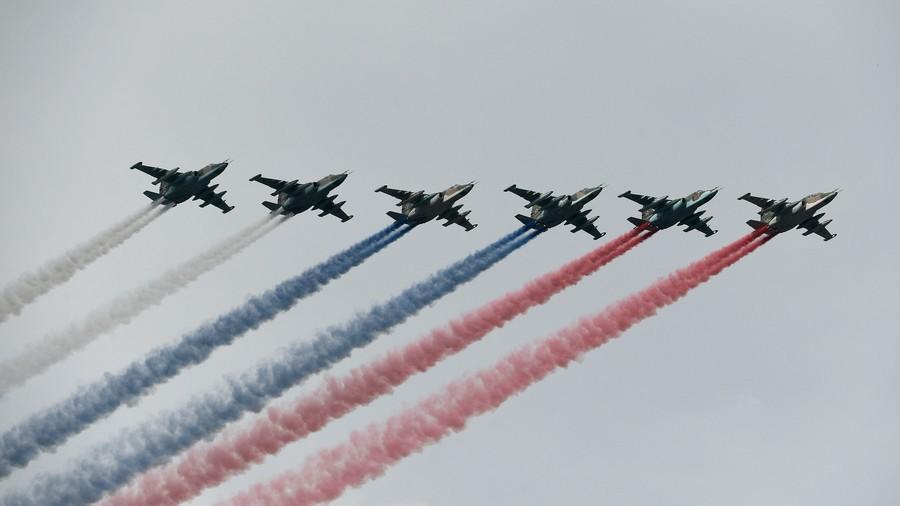6架苏-25编队飞过天空