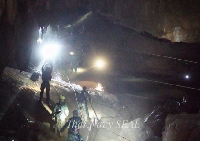 泰国洞穴救援行动再开启 救出第5名足球队员