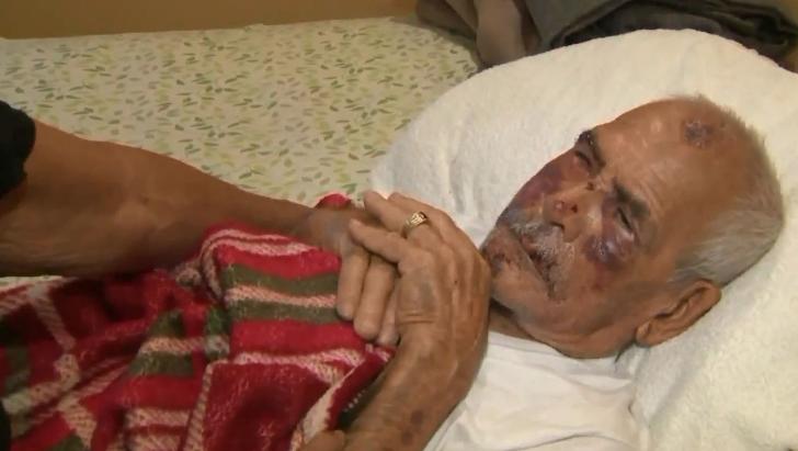 91岁老人在美国遭群殴被砖头砸脑袋:滚回你国家