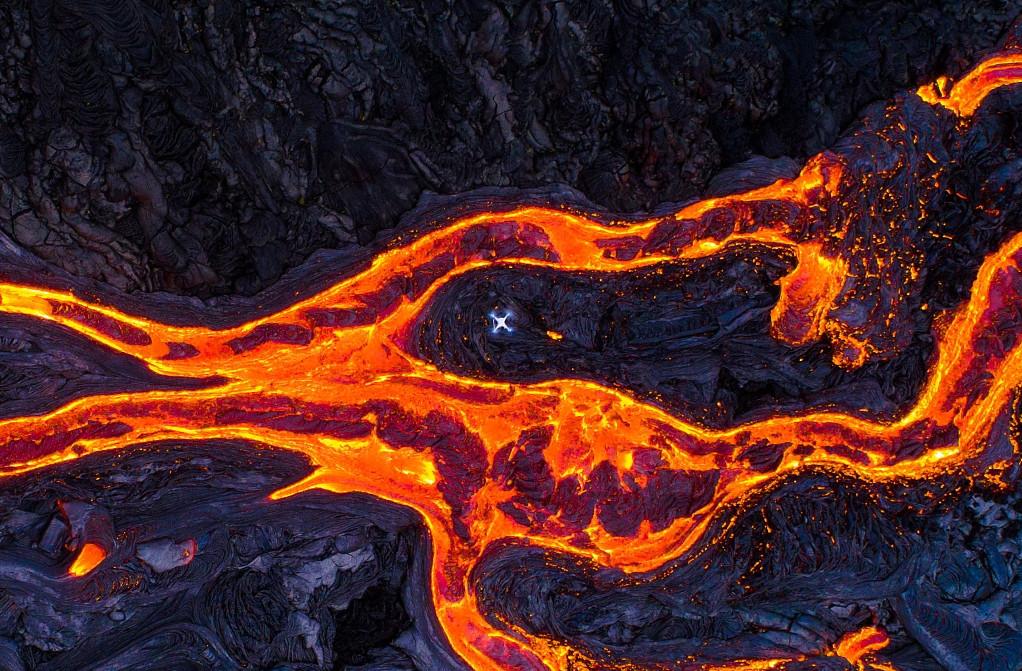 """惊魂!游客坐船看火山 """"熔岩炸弹""""落下砸伤23人"""