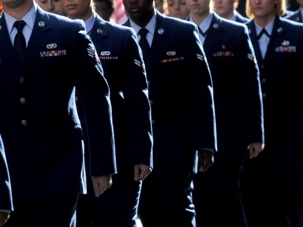"""图为2015年11月11日在纽约举行的""""老兵节""""阅兵仪式成员"""