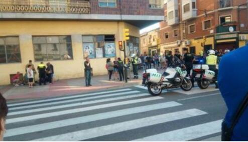西班牙萨拉戈萨市汽车冲撞人群 已造成3人受伤
