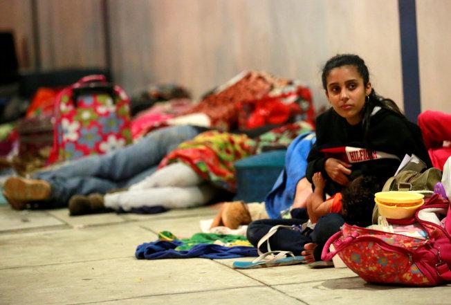 委内瑞拉民众在秘鲁与厄瓜多尔边界服务中心打地铺,希望获准入境。