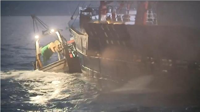 35艘法国渔船围堵英国渔船扔烟雾弹 只为抢扇贝