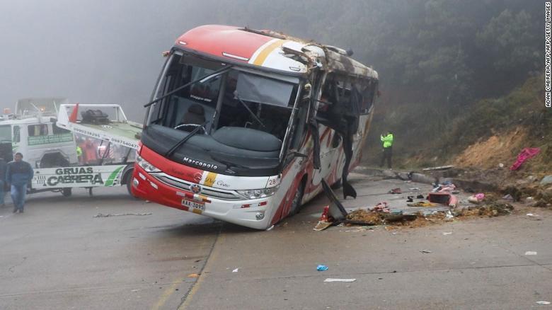 厄瓜多尔一辆大巴车翻车 造成11人死亡37人受伤