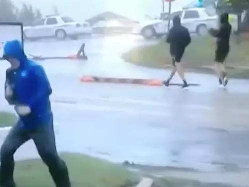 美国气象频道记者迈克·塞德尔在对天气状况进行报道的画面。