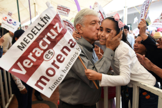 洛佩斯今年1月竞选时亲吻一名小女孩