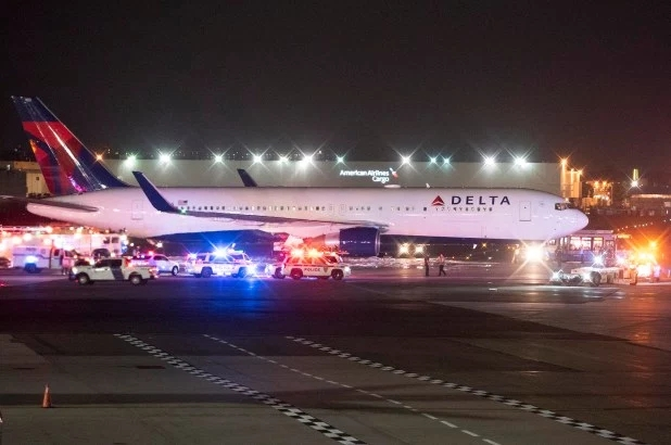 达美航空一架客机起飞时起火 250名乘客被疏散