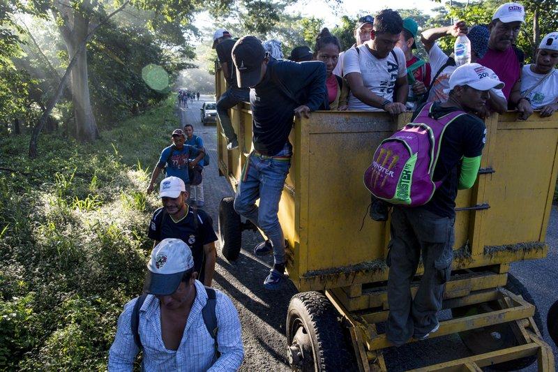 """正向美墨边境移动的""""移民大篷车"""""""