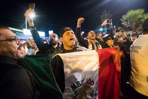 蒂华纳的居民大声呼喊,要求移民离开自己的社区。(今日美国网)