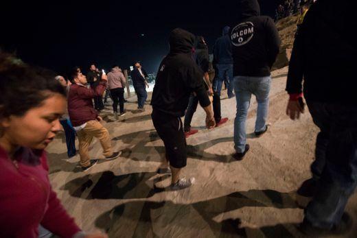 绝大部分年轻移民仍然决定在海滩过夜