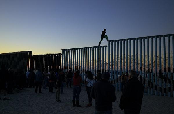移民仍在尝试翻越边境围栏