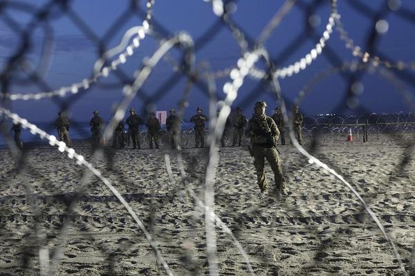 美军手持枪支驻守边境